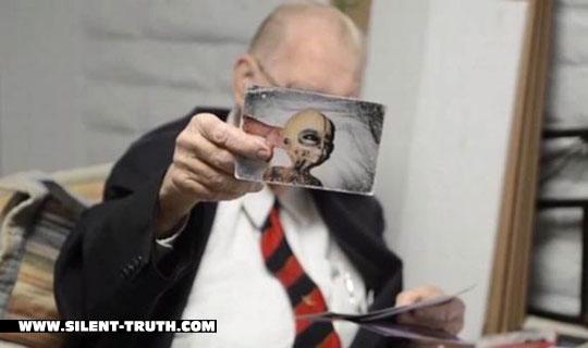 دکتر بوشمان به همراه تصویری که مدعی است یک بیگانه فضایی است .